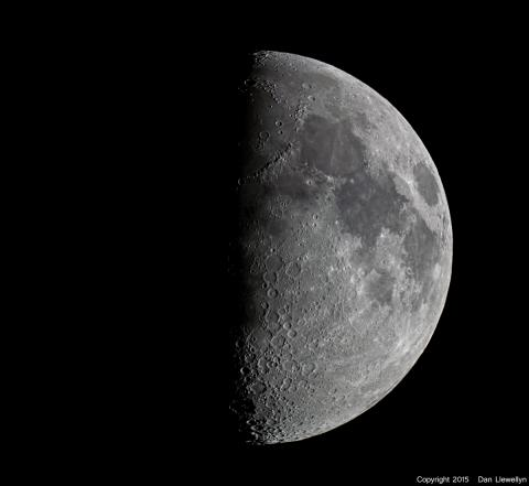 Image of the Moon at Lunar Phase Day 07.